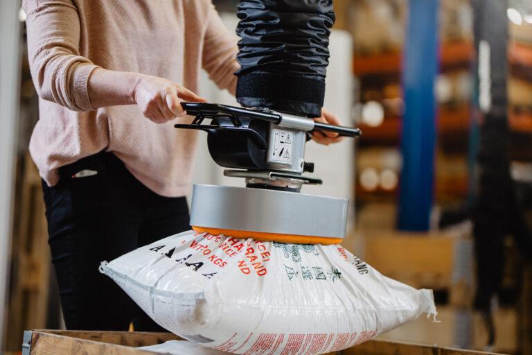 Lyft av säckar med vakuumlyft - Movomech Vacuhand Pro säcklyft